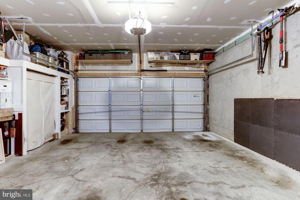 Two car garage - 3814 HANSBERRY CT NE, WASHINGTON