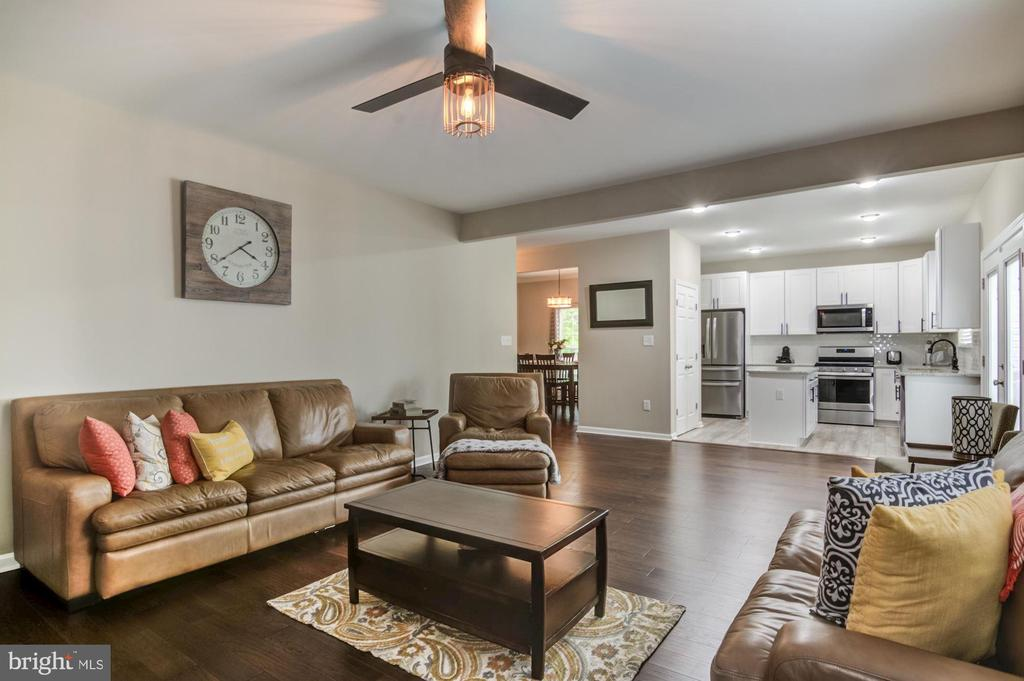 Kitchen opens to large family room - 15536 BOAR RUN CT, MANASSAS