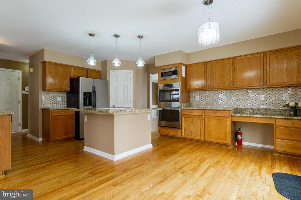 Lots of Space in the Kitchen - 9310 E CARONDELET DR, MANASSAS PARK