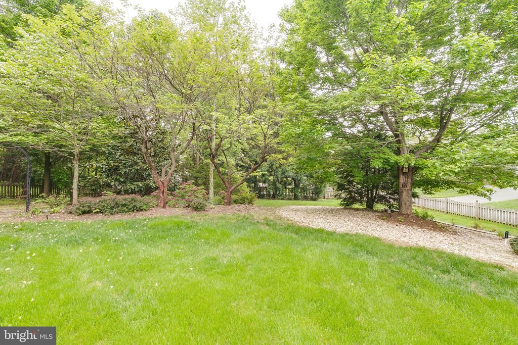 Beautifully landscaped - 12709 OX MEADOW DR, HERNDON