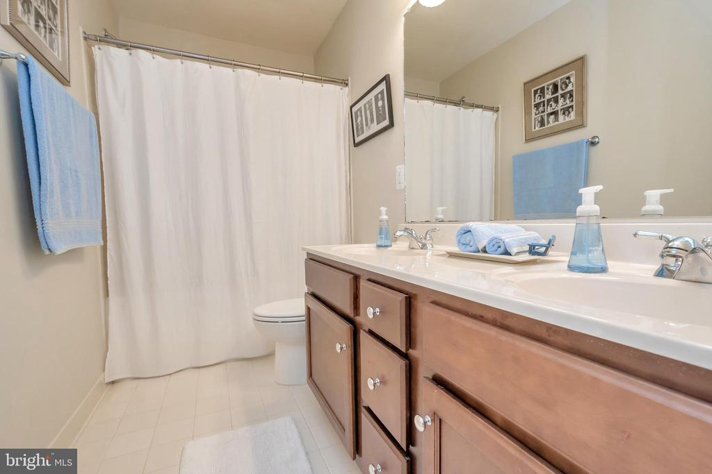 Hall bath with double vanities - 8711 LAROQUE RUN DR, FREDERICKSBURG