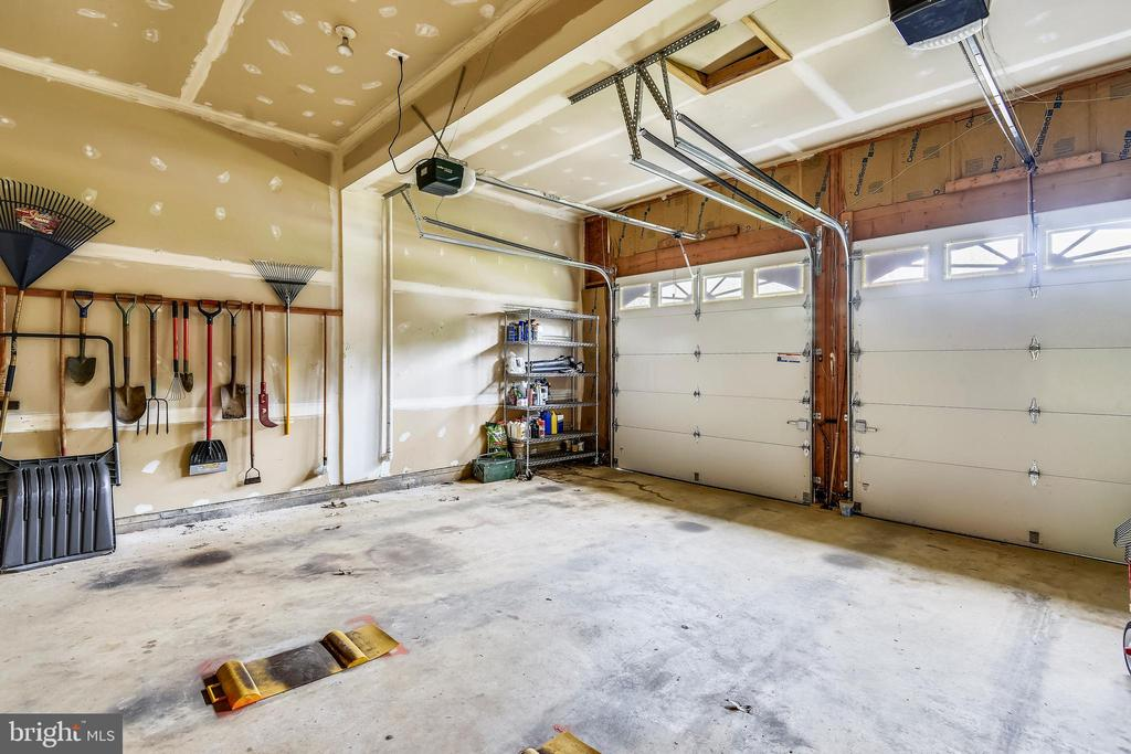 2-car garage with Extra tall ceilings! - 6846 CREEK CREST WAY, SPRINGFIELD