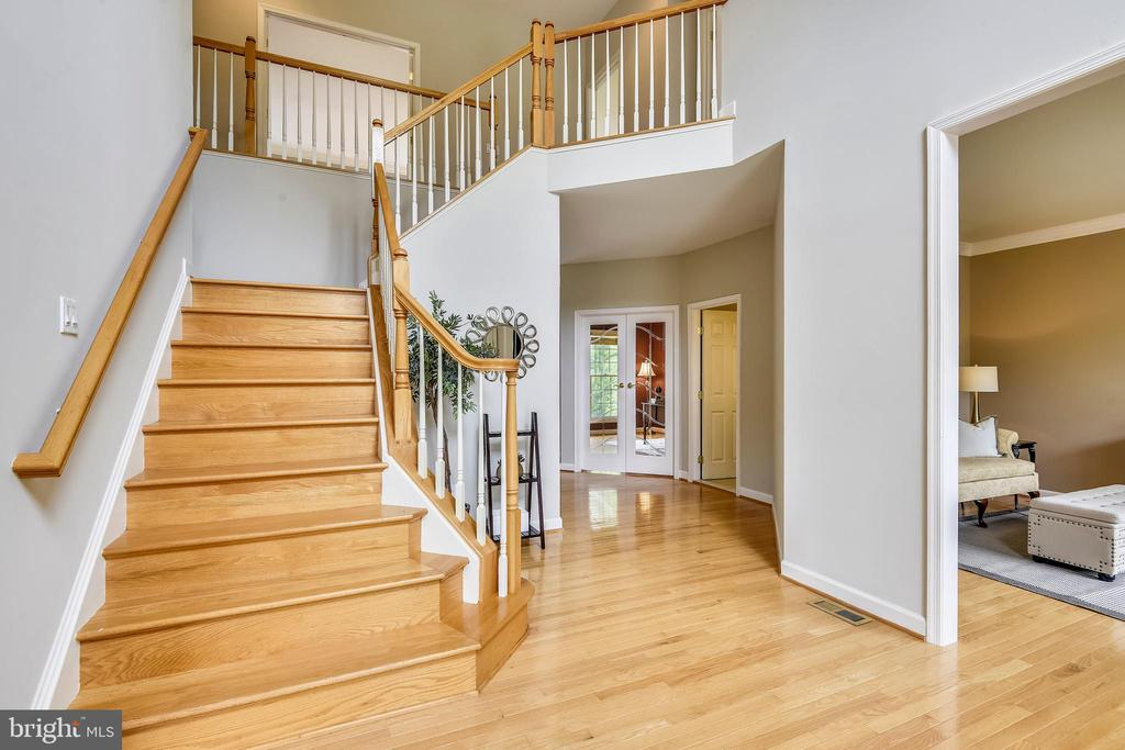 Gorgeous staircase perfect for Photo Ops! - 6846 CREEK CREST WAY, SPRINGFIELD