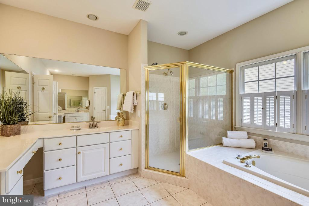 So much room with Separate Vanities in Master Bath - 6846 CREEK CREST WAY, SPRINGFIELD