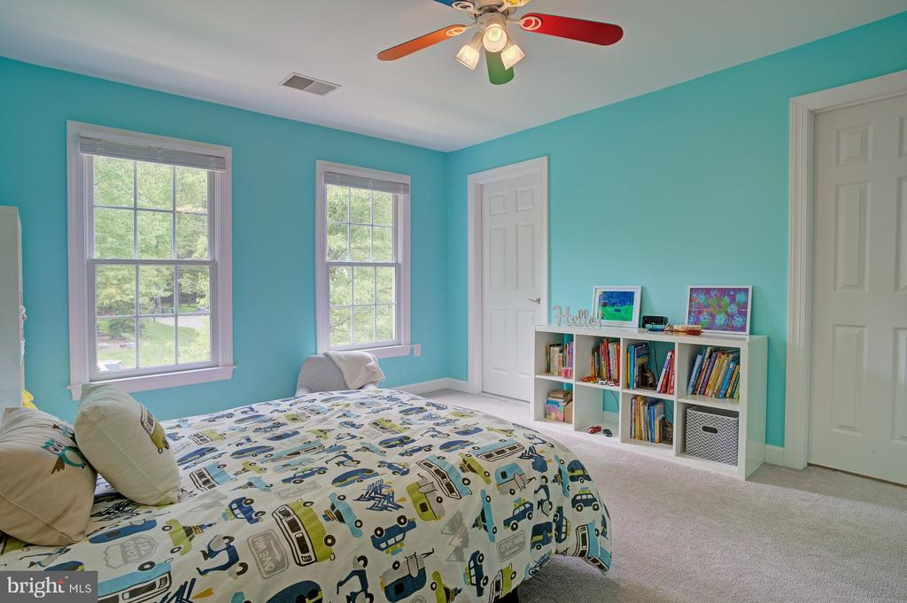 Upstairs bedroom suite perfect for child's room - 1590 MONTMORENCY DR, VIENNA