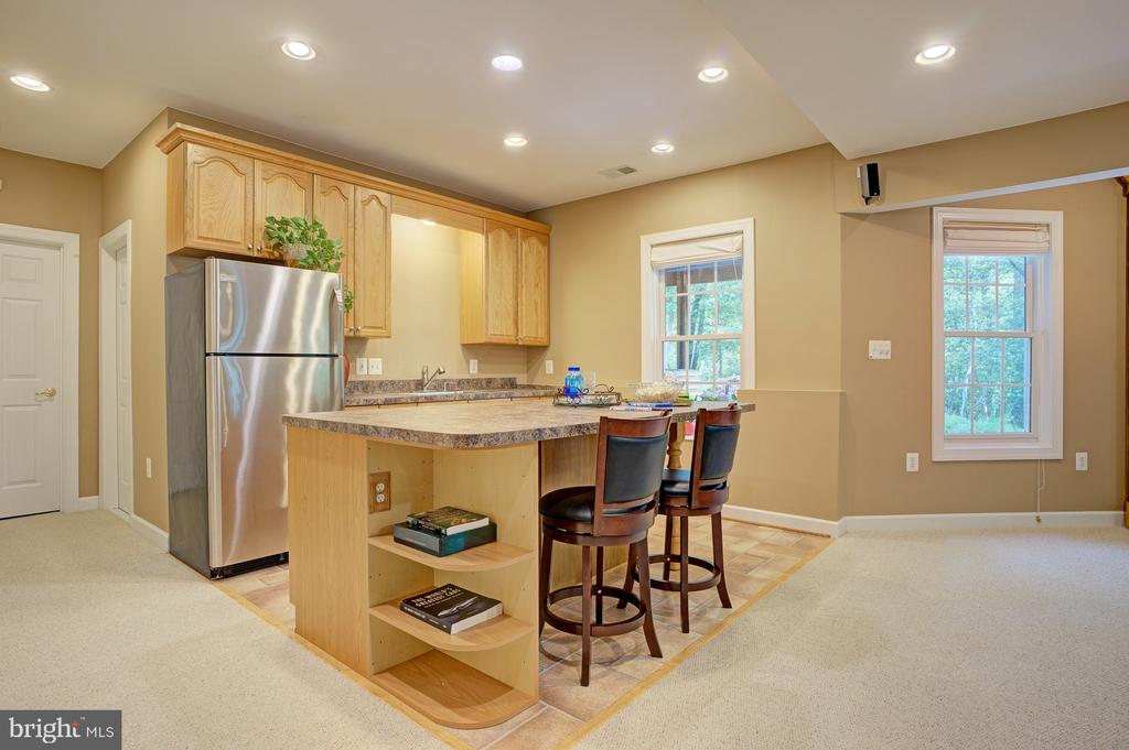 Wet bar for entertaining - 1590 MONTMORENCY DR, VIENNA