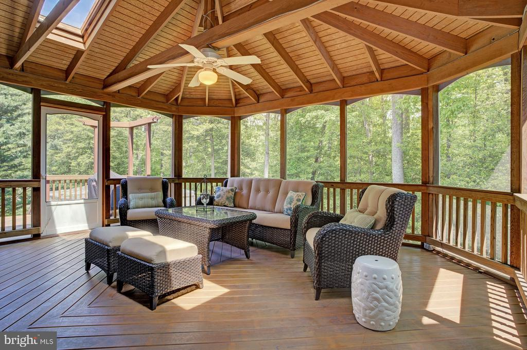 Gorgeous screened-in porch off of kitchen - 1590 MONTMORENCY DR, VIENNA