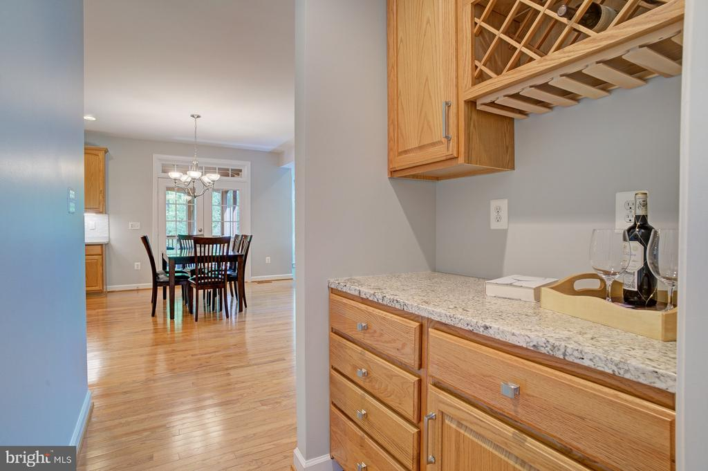 Convenient butler's pantry - 1590 MONTMORENCY DR, VIENNA