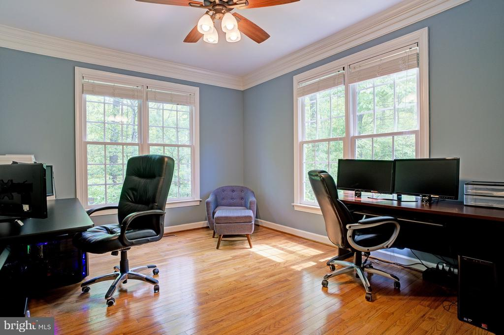 Library or home office off of family room - 1590 MONTMORENCY DR, VIENNA