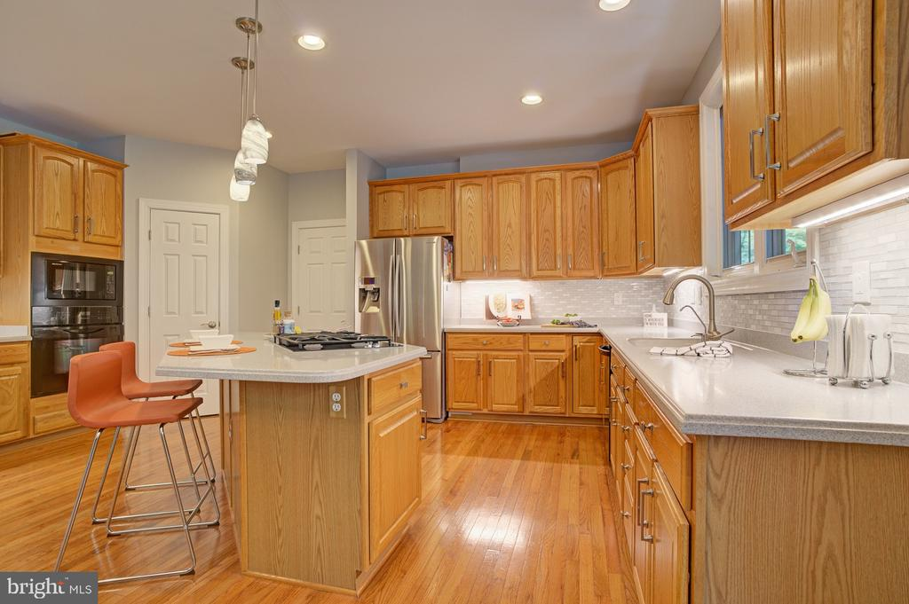 Generous counter space - 1590 MONTMORENCY DR, VIENNA