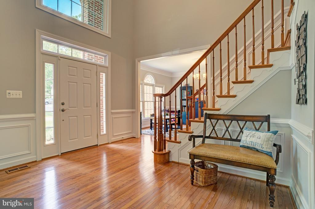 Grand two-story foyer - 1590 MONTMORENCY DR, VIENNA