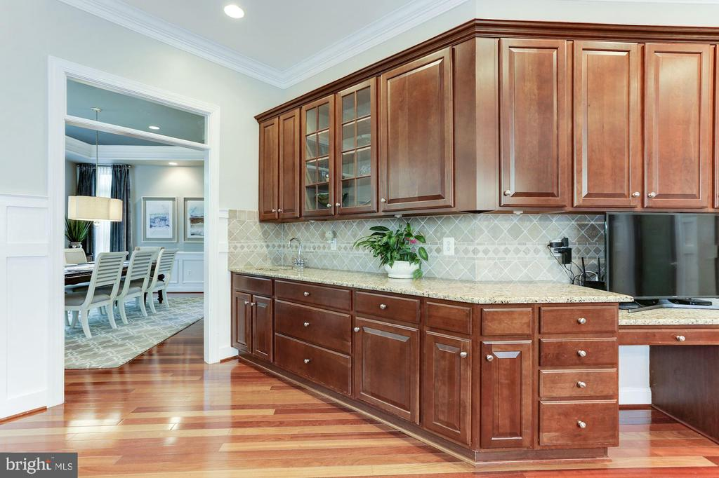 Butler's Pantry area - 19060 AMUR CT, LEESBURG
