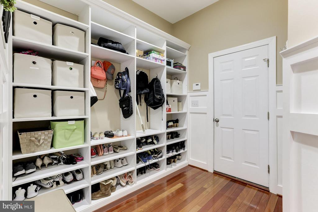 Amazing Mud Room with Built-Ins - 19060 AMUR CT, LEESBURG
