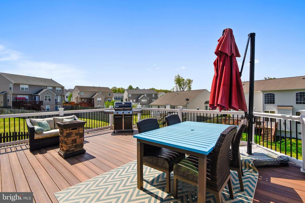 Large composite deck,  perfect for entertaining! - 11 CORNERSTONE DR, STAFFORD