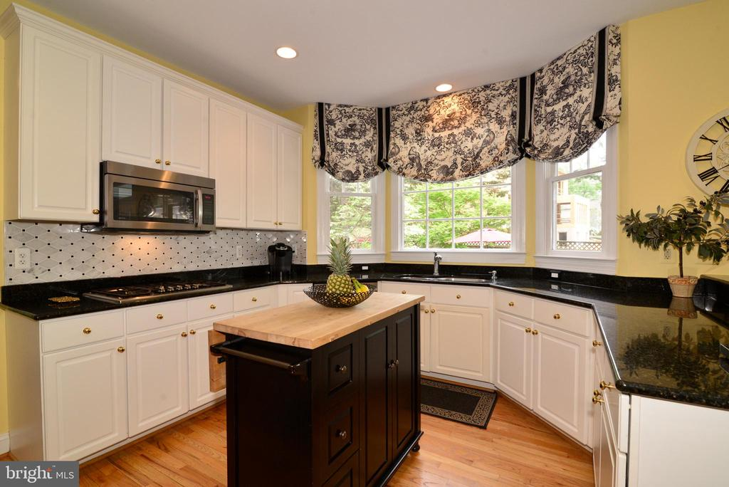 Chef's kitchen with Thermador gas cooktop. - 2403 SAGARMAL CT, DUNN LORING