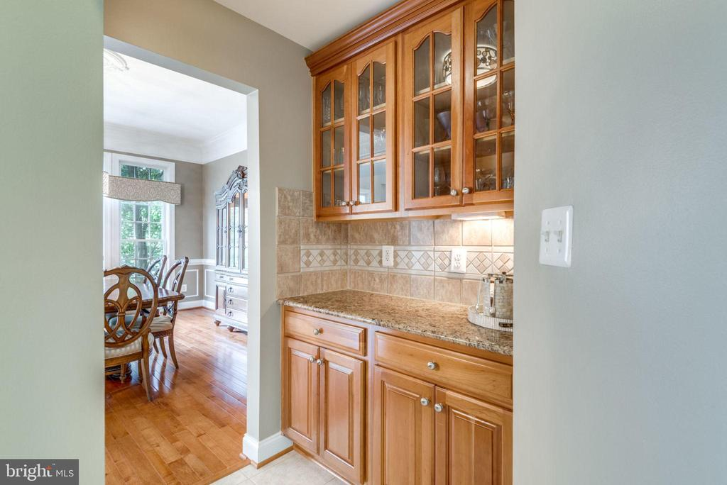Beautiful Glass Front Cabinets  & lots of Storage - 42841 SANDHURST CT, BROADLANDS