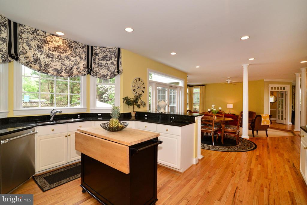 Gourmet chef's kitchen with moveable center island - 2403 SAGARMAL CT, DUNN LORING