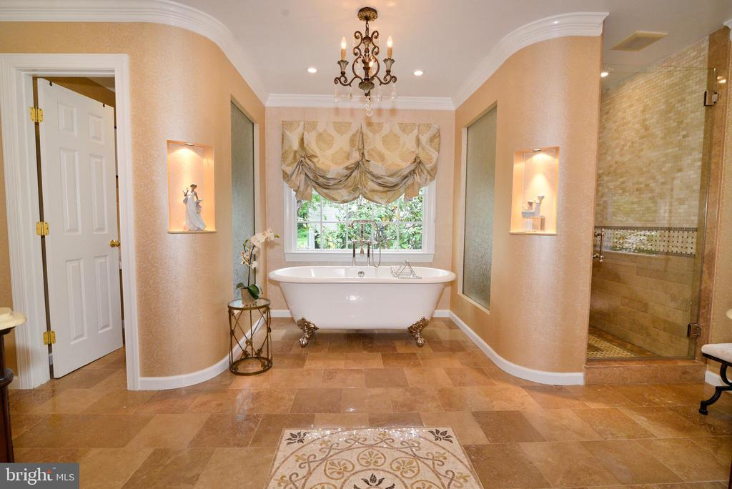 French inspired owner's bath with claw foot tub. - 2403 SAGARMAL CT, DUNN LORING