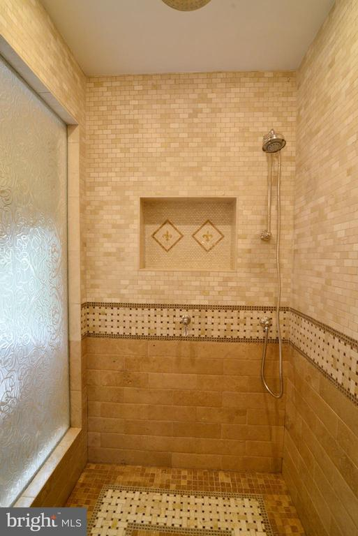 Large walk-in spa shower. - 2403 SAGARMAL CT, DUNN LORING