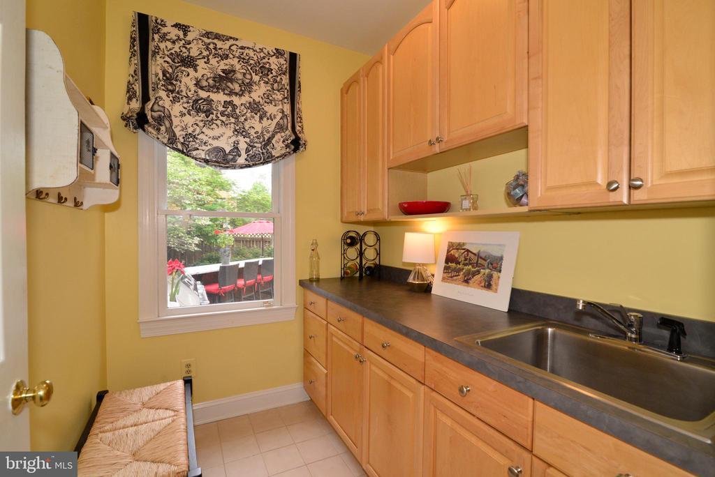 Butler's Pantry with Sink. - 2403 SAGARMAL CT, DUNN LORING