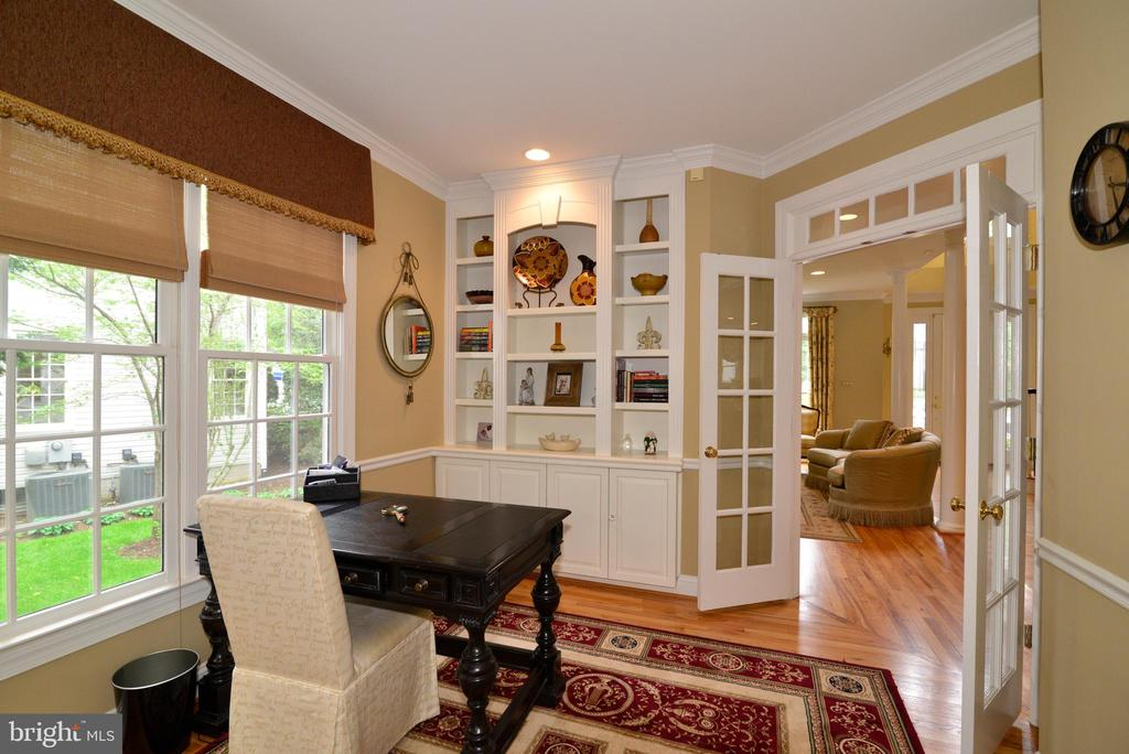 Private library with built-in bookcase. - 2403 SAGARMAL CT, DUNN LORING
