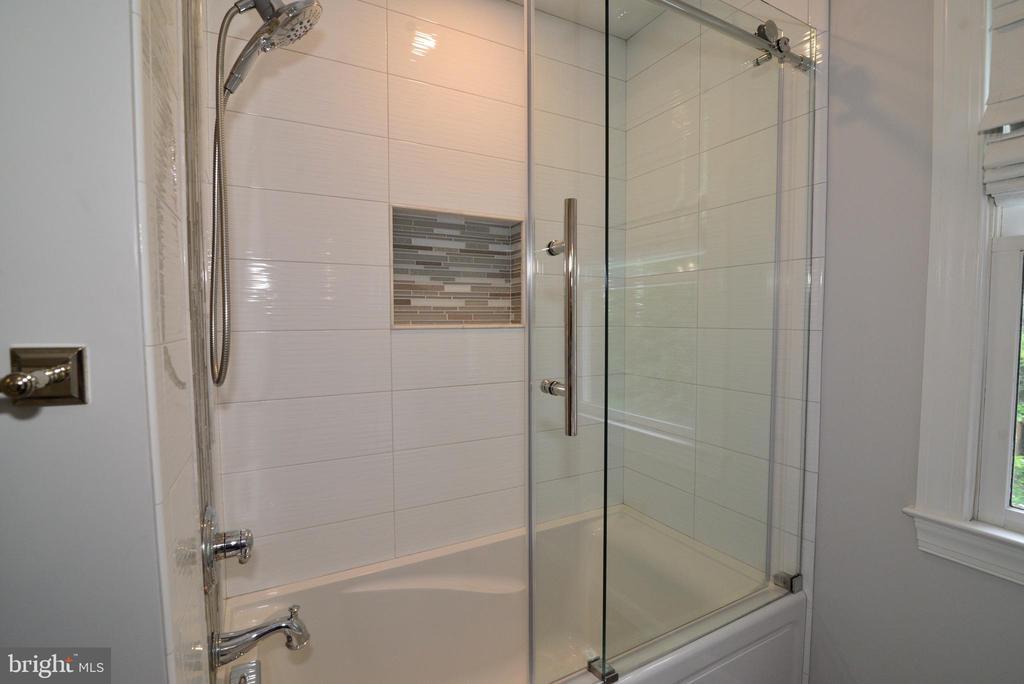 Upper level remodeled designer shower. - 2403 SAGARMAL CT, DUNN LORING