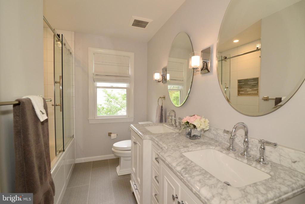Upper level remodeled designer full bath. - 2403 SAGARMAL CT, DUNN LORING