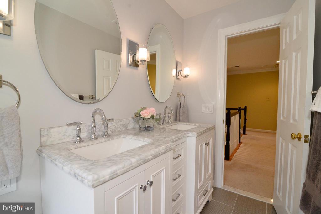 Upper level custom dual sink vanity. - 2403 SAGARMAL CT, DUNN LORING