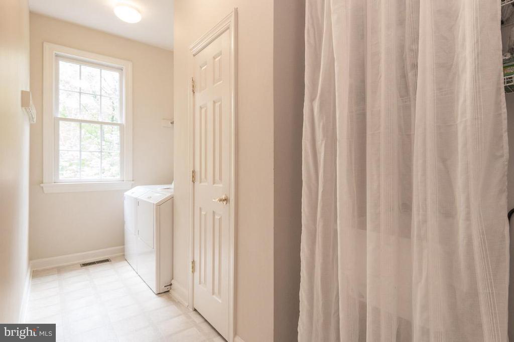 Mud room & Laundry room w/ utility sink - 16924 OLD SAWMILL RD, WOODBINE