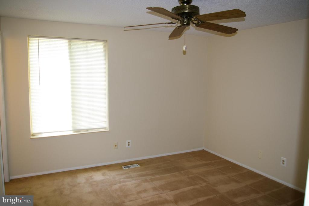 Master Bedroom with ceiling fan - 5903 VERNONS OAK CT, BURKE