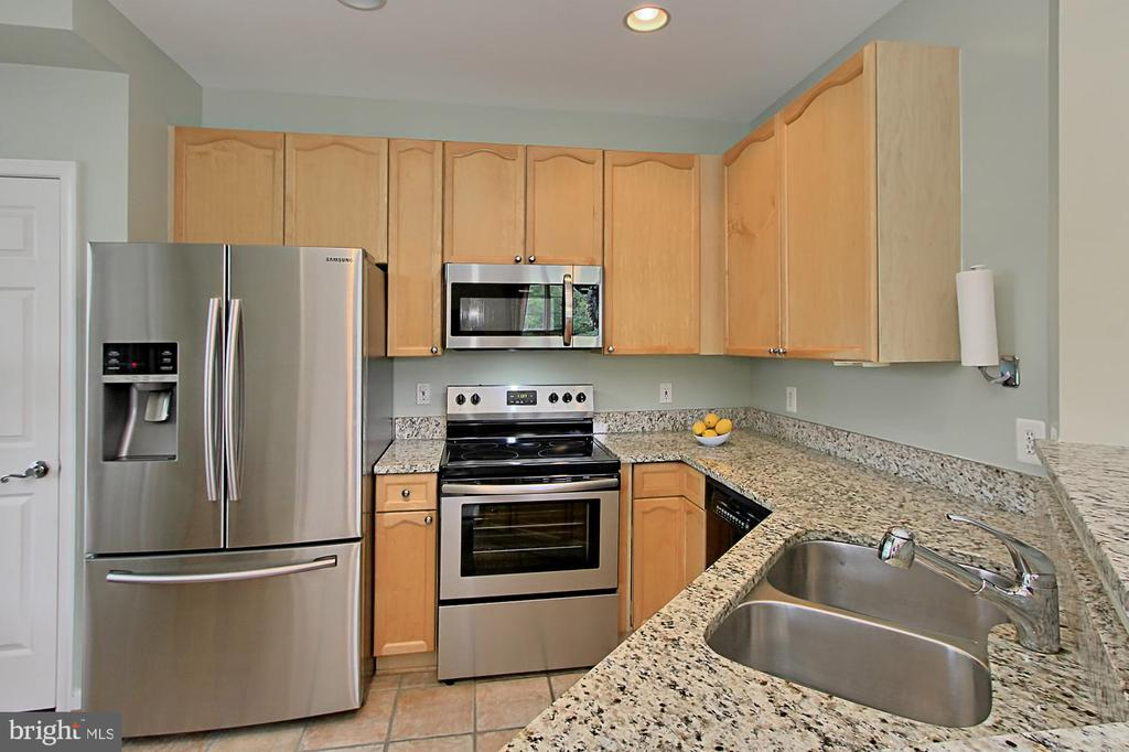 Kitchen with stainless appliances - 4310-T CANNON RIDGE CT #92, FAIRFAX