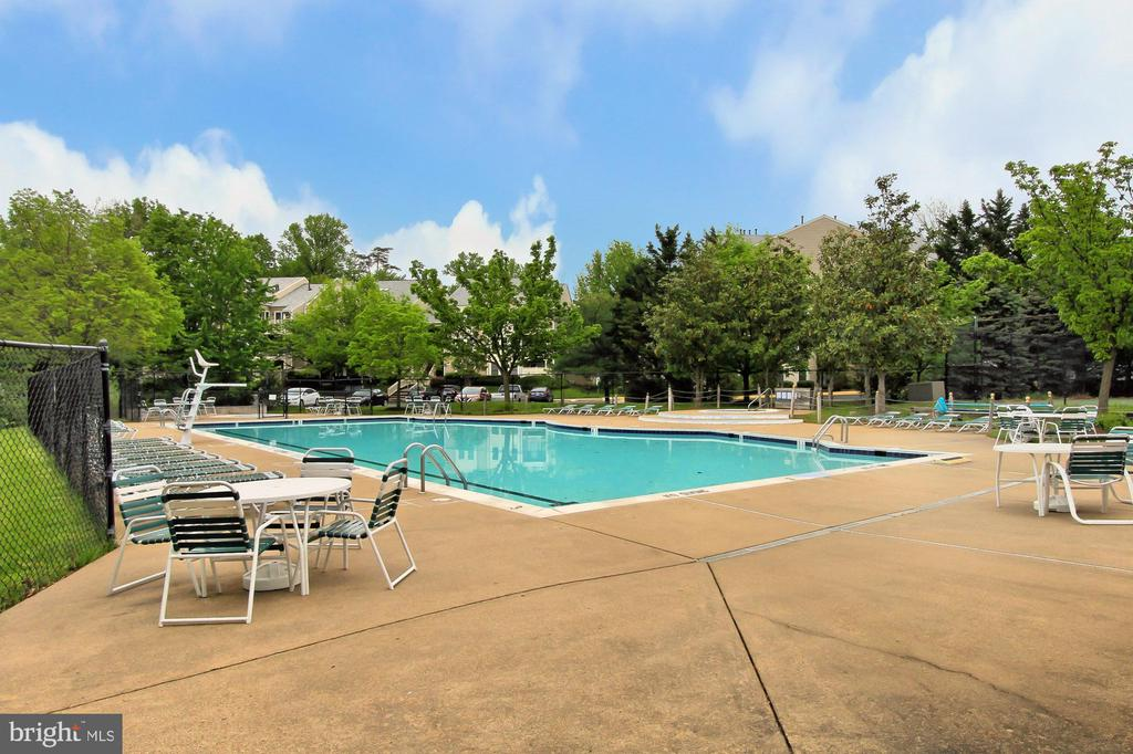 Community pool - 4310-T CANNON RIDGE CT #92, FAIRFAX