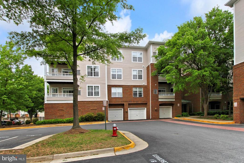 Welcome home to your 3 BR, 2 bath condo w/ garage! - 4310-T CANNON RIDGE CT #92, FAIRFAX