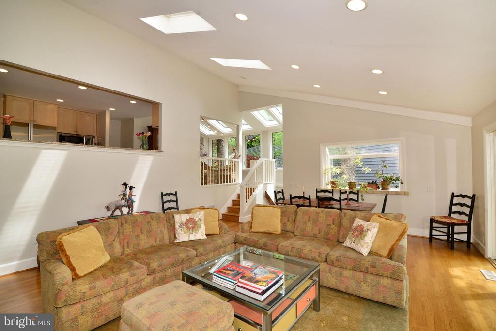 The kitchen overlooks the family room. - 2201 BURGEE CT, RESTON