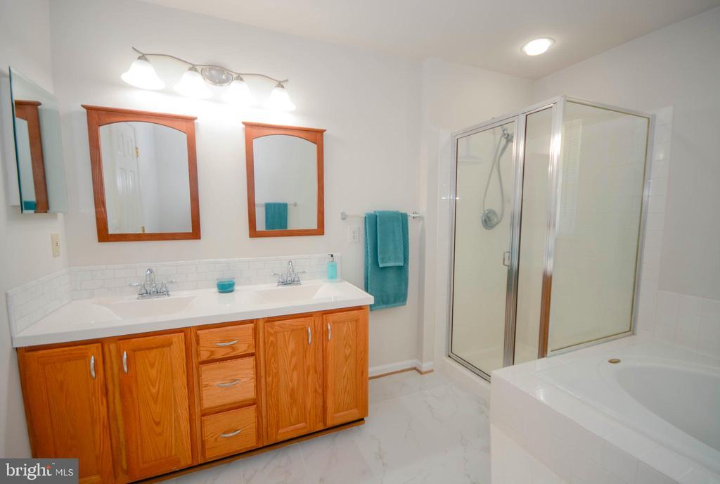 Updated Master Bath - 318 OAKCREST MANOR DR NE, LEESBURG