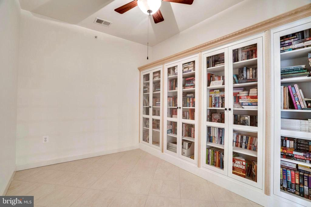 Library with Built-In Bookcases - 440 BELMONT BAY DR #401, WOODBRIDGE