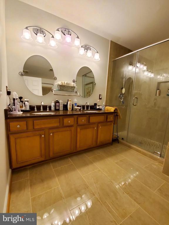 Fabulous MBA with large glass shower/custom lights - 4152 AGENCY LOOP, TRIANGLE