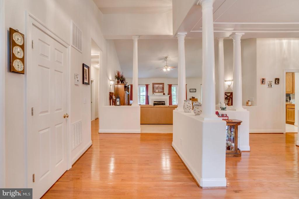 Open light filled entry - 85 TOWN AND COUNTRY DR, FREDERICKSBURG
