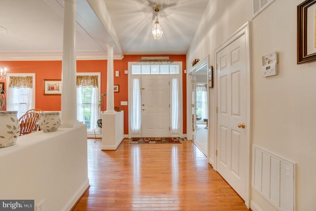 Open floor plan with beautiful wood floors - 85 TOWN AND COUNTRY DR, FREDERICKSBURG