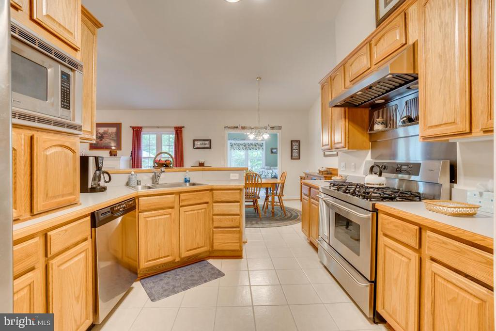 Dishwasher & lots of kitchen storage - 85 TOWN AND COUNTRY DR, FREDERICKSBURG