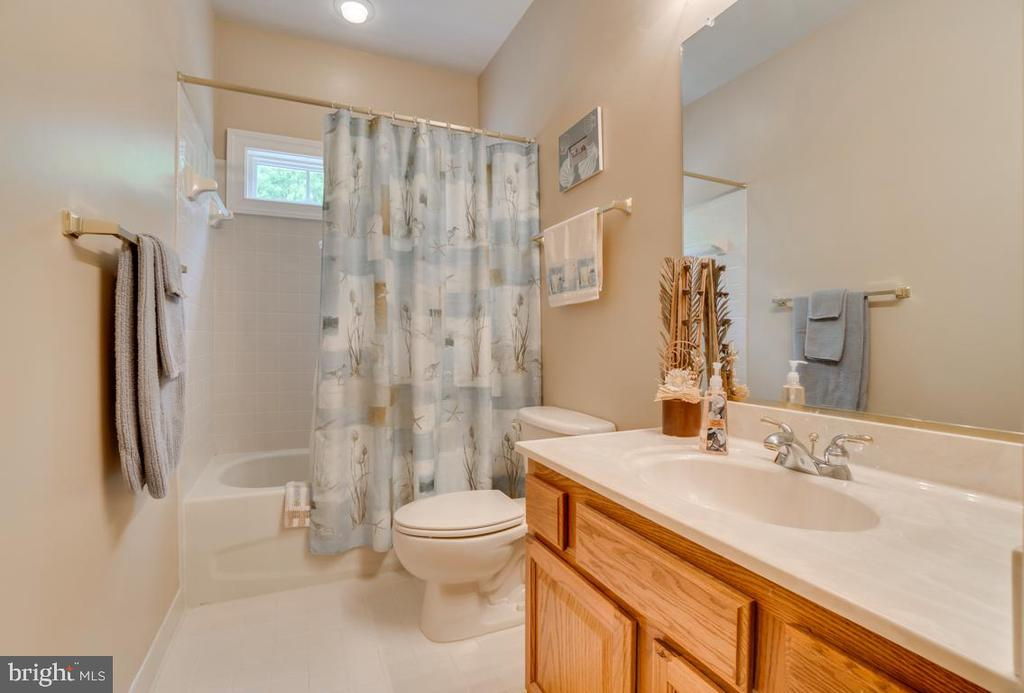 Guest bath  with natural light - 85 TOWN AND COUNTRY DR, FREDERICKSBURG