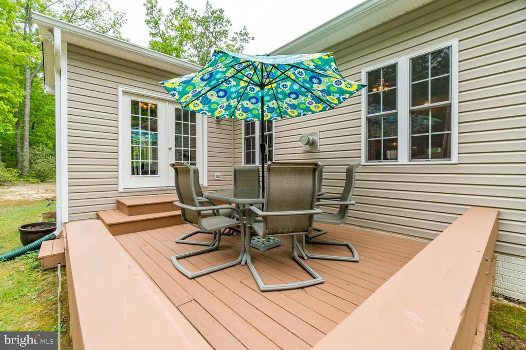Back deck with built-in bench - 85 TOWN AND COUNTRY DR, FREDERICKSBURG