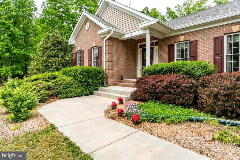 Well kept beds with mature plants - 85 TOWN AND COUNTRY DR, FREDERICKSBURG