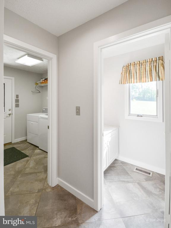 Large Main Level Laundry with Powder Room - 3613 WESTCHESTER CT, MIDDLETOWN