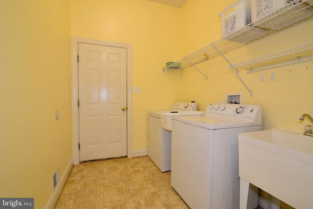 Main level laundry room. - 1517 BROOKDALE CT, WINCHESTER
