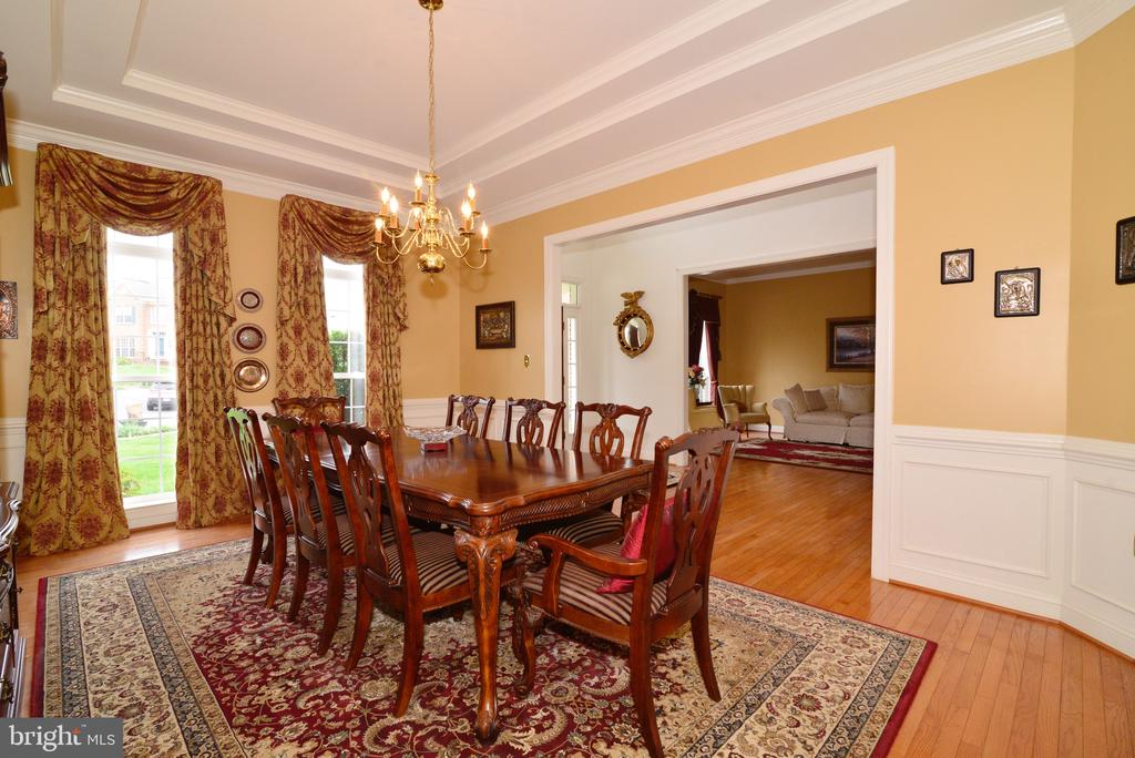 Formal DR  with tray ceilings, chair rail & sb. - 1517 BROOKDALE CT, WINCHESTER