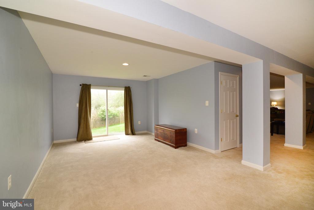 Walk-out basement to fenced yard - 1517 BROOKDALE CT, WINCHESTER