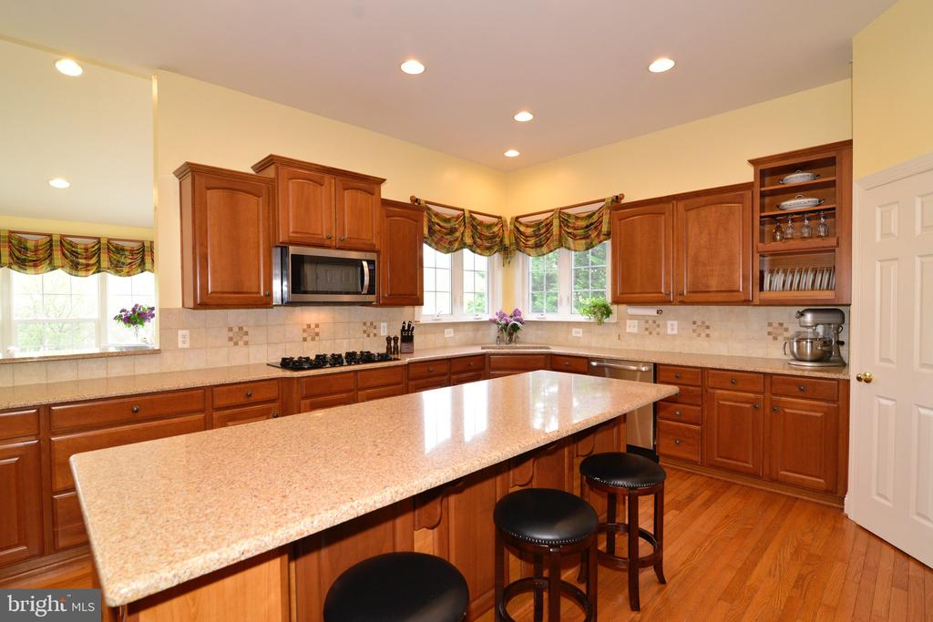 Built-in microwave and cooktop! - 1517 BROOKDALE CT, WINCHESTER