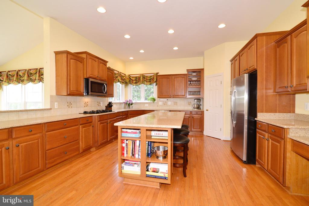 Huge kitchen island - 1517 BROOKDALE CT, WINCHESTER