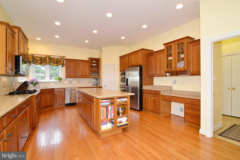 Gourmet kitchen - HUGE walk in pantry too! - 1517 BROOKDALE CT, WINCHESTER